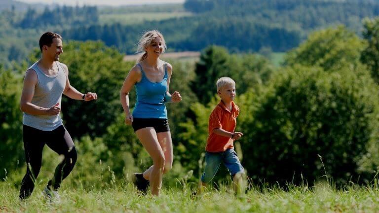Familien am Joggen in der Natur für einen guten Gesundheitstest