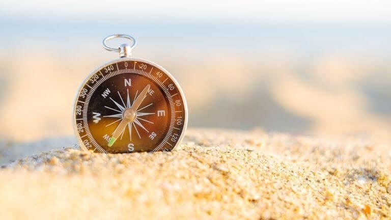 Kompass im Sand